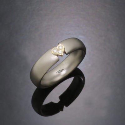 tiluxtitan_damring_hjerte_vielsesringe_forlovelsesringe_tilux_solitaire_ringe_sten_brillaint_diamant_titanium_titan_guld_14_karat_bt2020